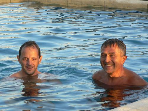 Fred et Patrice prennent un bain reparateur ...