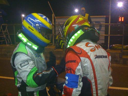 Fred donne ses impressions à Vincent sur le nouveau comportement du chassis au moment de leur relais