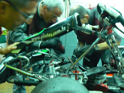 Patrice, Jean-Marie et Looping, devant un kart emputé d'une roue