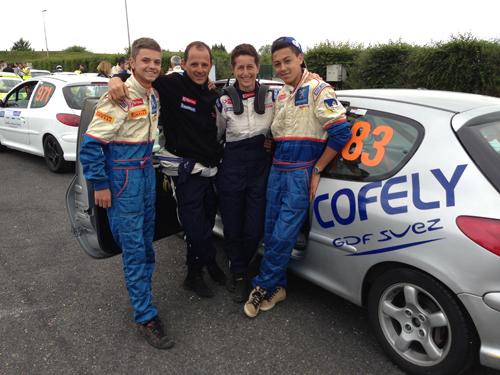 Fred et Sandrine en compagnie de Kévin et Dylan, les jeunes du Team Thièbe Auto