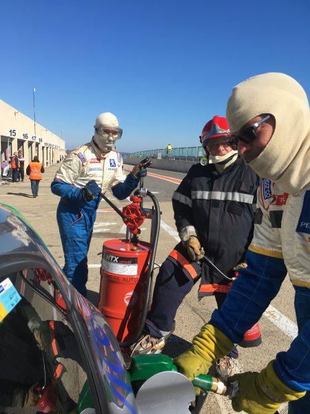 Qui dit relais, dit essence... Marty à la pompe, Paul à l'extincteur & Alain au pistolet